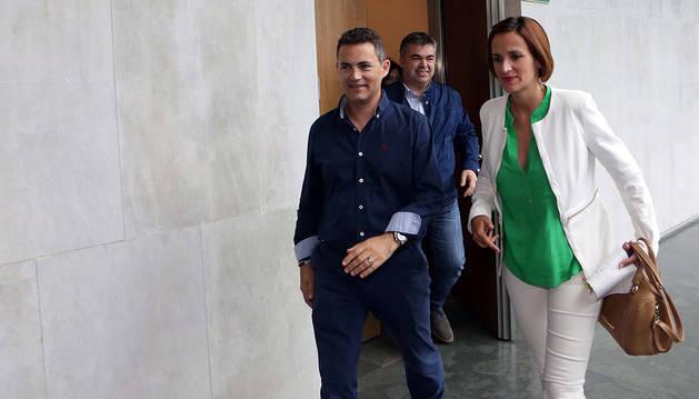 María Chivite, junto a Samuel Caro y Santos Cerdán, en los pasillos del Parlamento foral.