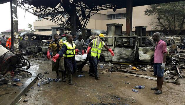 Los equipos de rescate, sacando cuerpos de la gasolinera.
