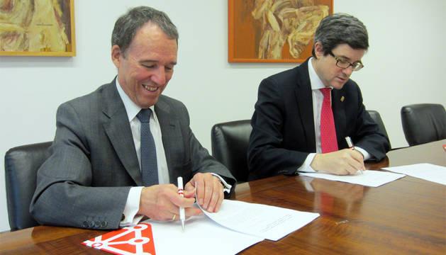 Iribas y Lafuente, durante la firma del convenio.