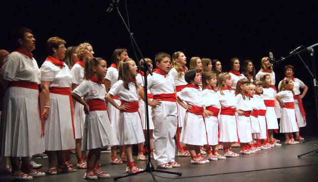 Integrantes de la escuela de Castejón, durante el concierto.