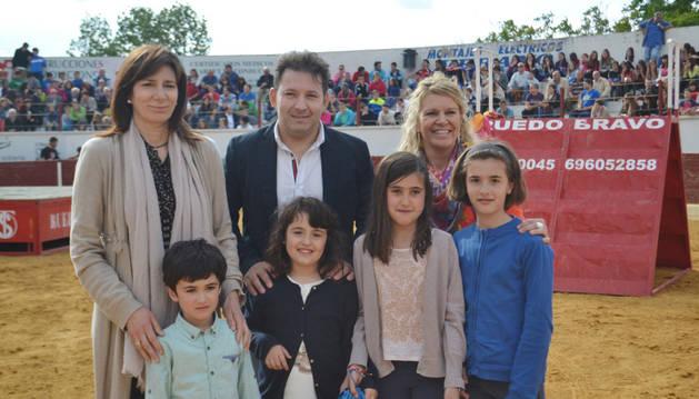 Un momento de la entrega de premios a los niños ganadores del concurso taurino.