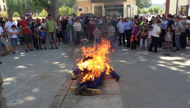 El público contempló cómo se quemaba el muñeco simbólico en el frontón.