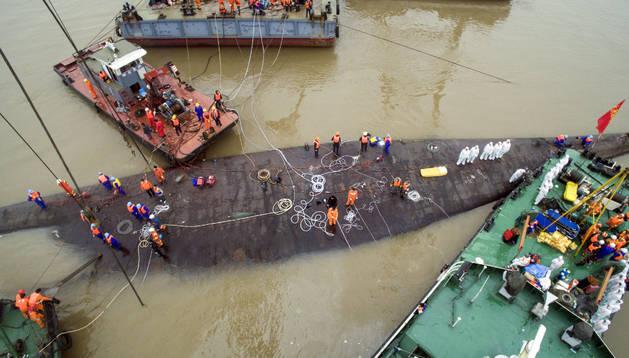 Los servicios de rescate trabajan en el barco hundido.