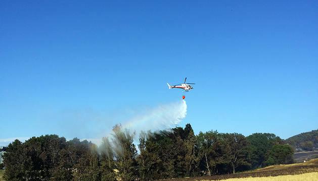 Un helicóptero, en las tareas de extinción del fuego en Obanos.