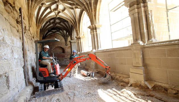 Operarios trabajan en el pavimento del claustro bajo del monasterio de Fitero.