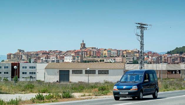 La parcela donde va a construir Envaplaster, con edificios del polígono y el perfil de Viana al fondo.