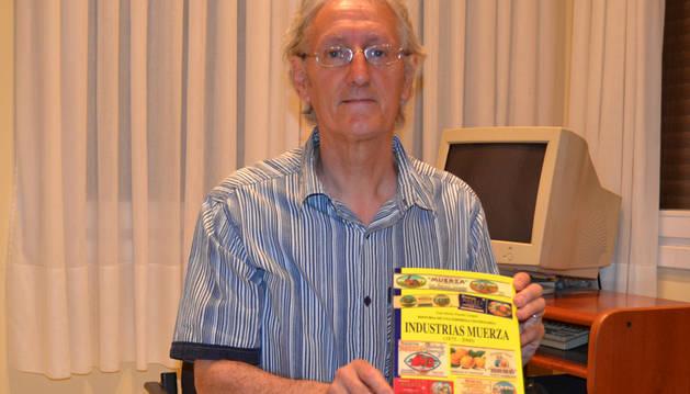 Jesús Sola, con el libro basado en la historia de Industrias Muerza.