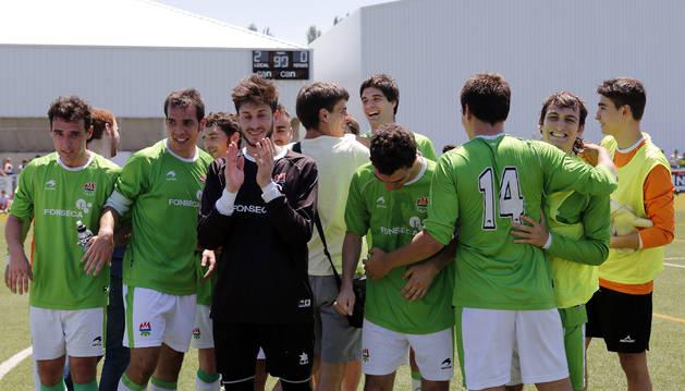 Los jugadores del San Juan celebran la victoria contra el San José.