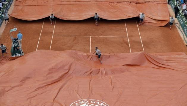 Lonas por la lluvia en Roland Garros.