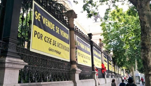 Greenpeace 'vende' el ministerio de Medio Ambiente a un euro
