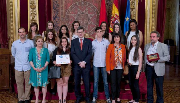 Las autoridades, con los integrantes del equipo del colegio Hijas de Jesús.