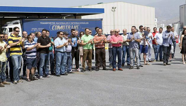 Compañeros de Jesús Madrigal han guardado este viernes un minuto de silencio en la empresa de transportes Comotrans en la localidad granadina de Motril, de donde era natural.