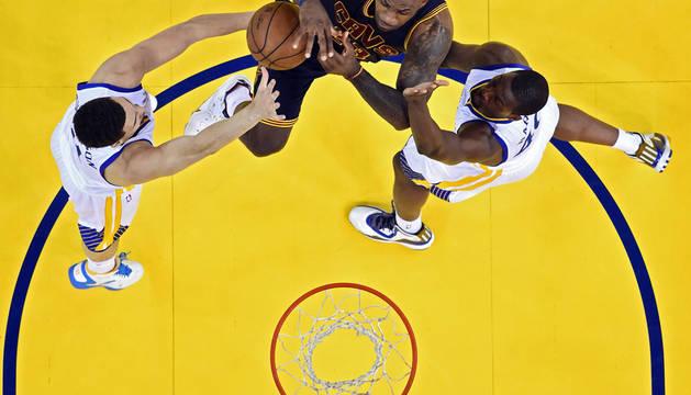 Los Warriors prevalecen a pesar de los 44 puntos de LeBron