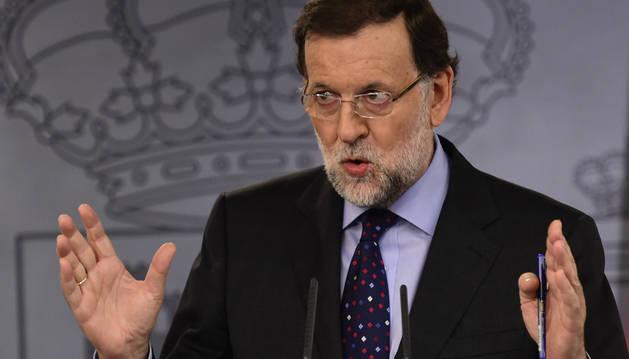 Rajoy acusa a Sánchez de buscar el apoyo de la
