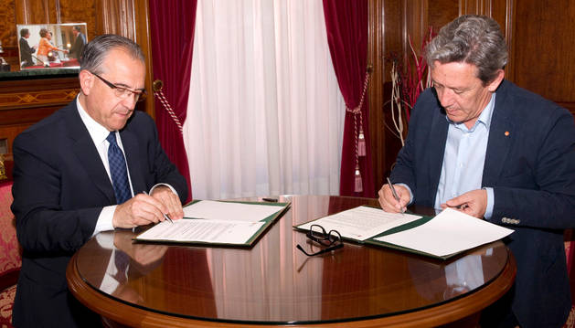 Firma del convenio entre el ayuntamiento y la Fundación Secretariado Gitano.