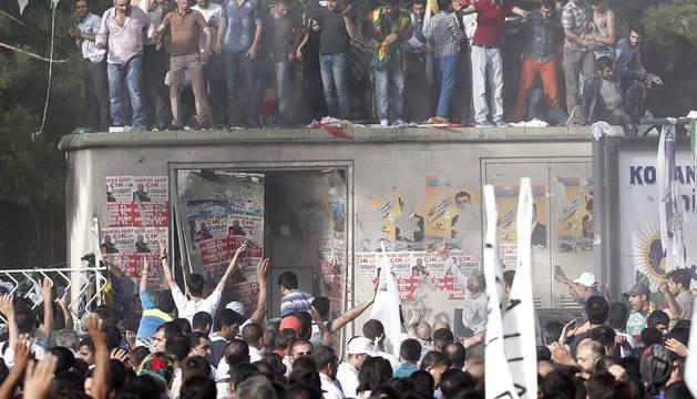 Varias personas tras las dos explosiones ocurridas hoy en Diyarbakir.
