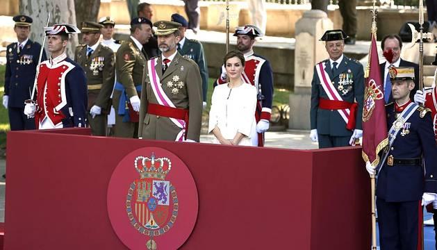 Felipe VI y Letizia se han estrenado este sábado como Reyes en el acto central del Día de las Fuerzas Armadas, donde han sido acogidos con aplausos y gritos de