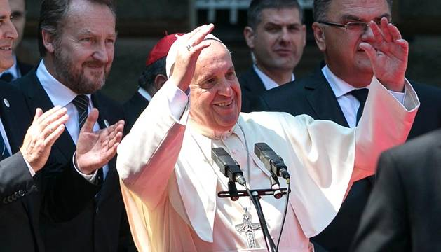 El papa Francisco lanzó este sábado en la capital de Bosnia un grito a favor de la paz y el final de los conflictos, y aludió de nuevo a lo que define como