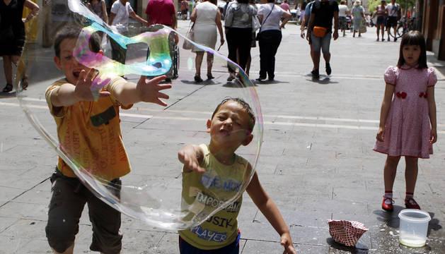 Niños jugando en la Plaza del Castillo.