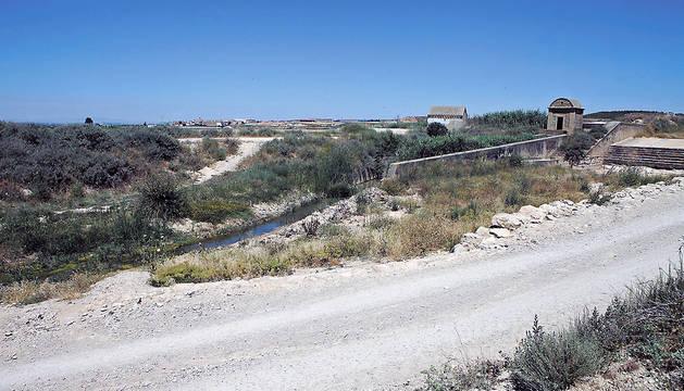 Imagen actual del barranco Santa Engracia en la zona que se desbordó en el año 2011. Al fondo se ve el casco urbano de Fustiñana.