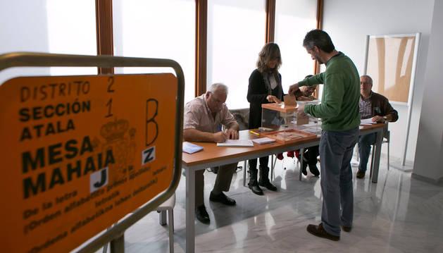 Imagen de una mesa electoral durante las pasadas elecciones autonómicas y municipales celebradas el 24 de mayo, en Aoiz.