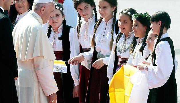 Un grupo de jóvenes da la bienvenida al Pontífice en el aeropuerto de Sarajevo.