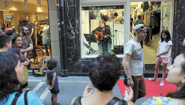 Algunos comercios, como este en calle Zapatería, atraían a clientes con escaparates hechos escenarios.