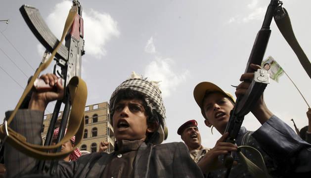 Leales a los hutíes en Saná.