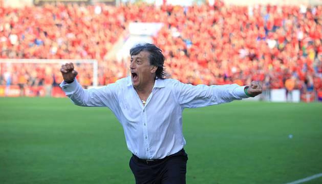 Enrique Martín celebra el gol de Javier Flaño.