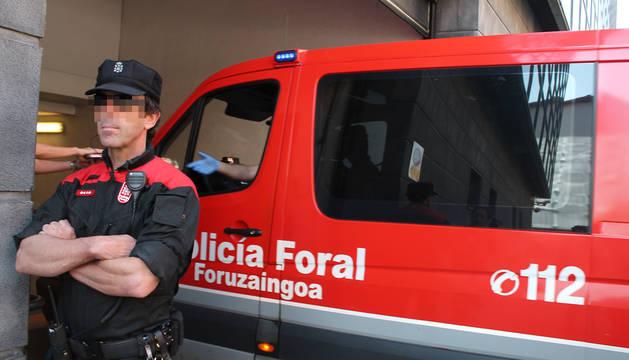El furgón policial con el arrestado entra en la Audiencia este domingo.