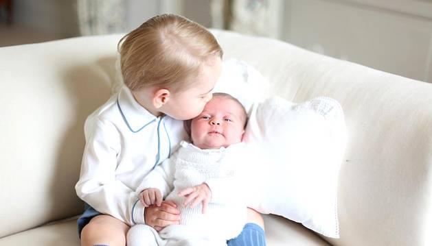 El Príncipe Jorge junto a su hermana, Carlota.
