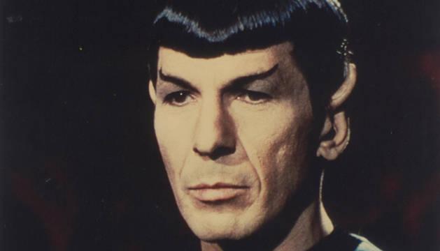 Leonard Nimoy, caracterizado como el señor Spock.