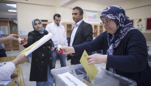 Una mujer acude a votar a un colegio electoral de Estambul.