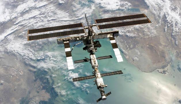 La Estación Espacial Internacional, sobre el mar Caspio.