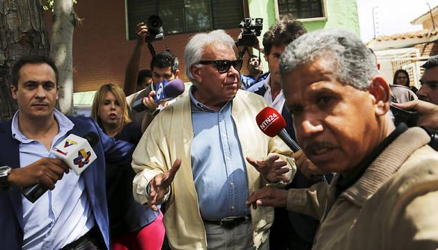 Felipe González asegura a su salida de Venezuela que no descarta volver