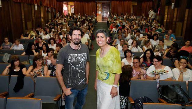 César Bona y Pilar Santos, directora del CAP de Tudela, ante los asistentes.