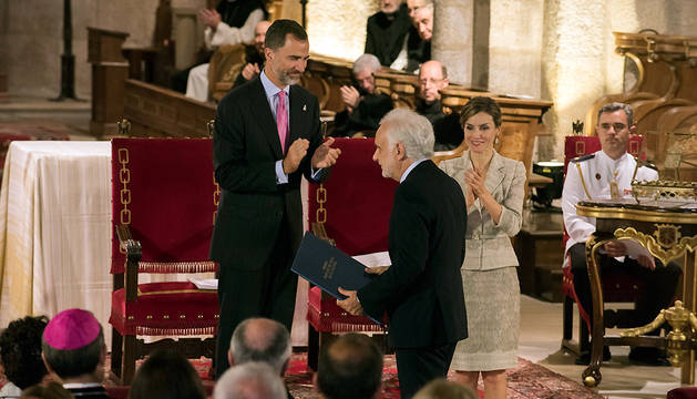 El Rey Felipe entrega el galardón a Ramón Andrés.