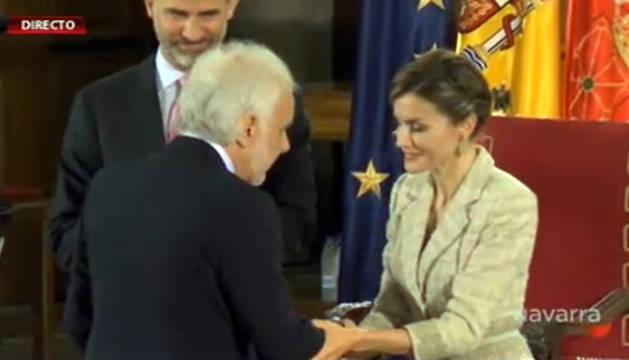Momento de entrega del galardón al historiador navarro.