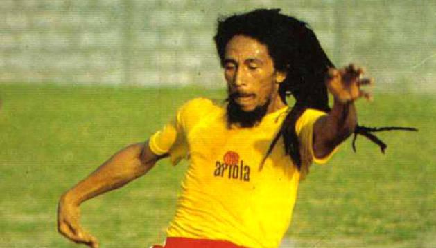 Bob Marley, jugando a fútbol en Brasil.