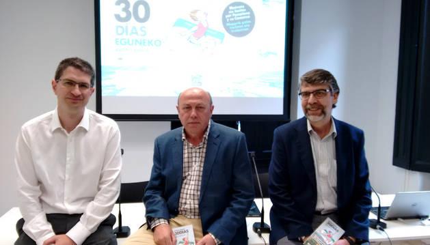 El presidente de la Mancomunidad de la Comarca de Pamplona, José Muñoz (c); el director del Área de Transporte de la Mancomunidad, Jesús Velasco (i); y el director de Comunicación de la entidad mancomunada, Arturo Ruiz de Azagra (d).