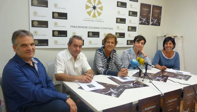 Integrantes de la junta directiva  con la todavía ayer alcaldesa en funciones, Begoña Ganuza. Junto a ella, Juan Andrés Echarri, José Flamarique, Loreto San Martín y Cristina Jordana.