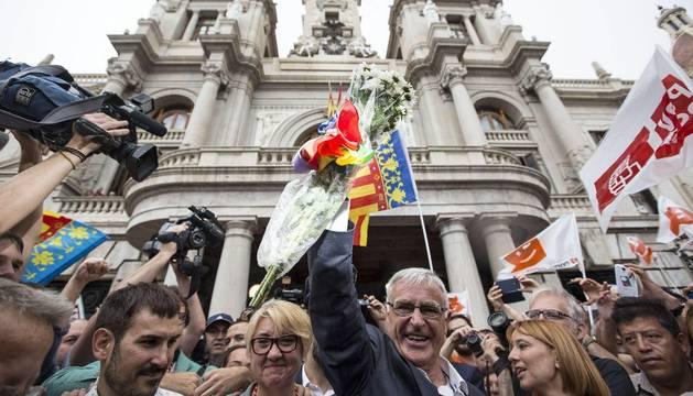 Joan Ribo, saluda a su salida del ayuntamiento.