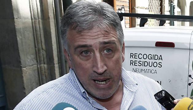 Asiron realiza declaraciones a los medios durante la visita a la sede del área de Bienestar Social.