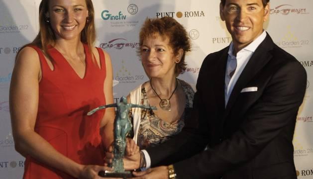 La nadadora mallorquina Melanie Costa (i) recibe el premio