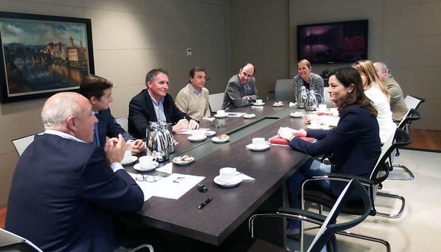 Un momento de la reunión entre representantes de Geroa Bai y de la Cámara de Comercio.