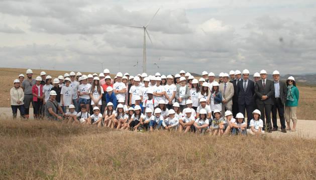 Escolares del Colegio Público de Falces, junto con las autoridades, en Vedadillo .