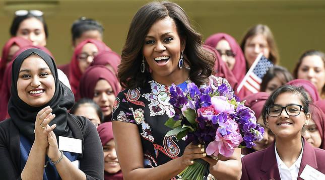 La primera dama estadounidense, Michelle Obama, durante la visita a la escuela Mulberry para mujeres en Londres.
