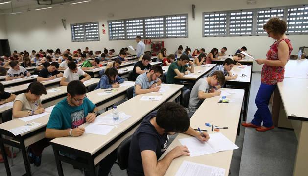 Alumnos riberos examinándose de Selectividad en Tudela.