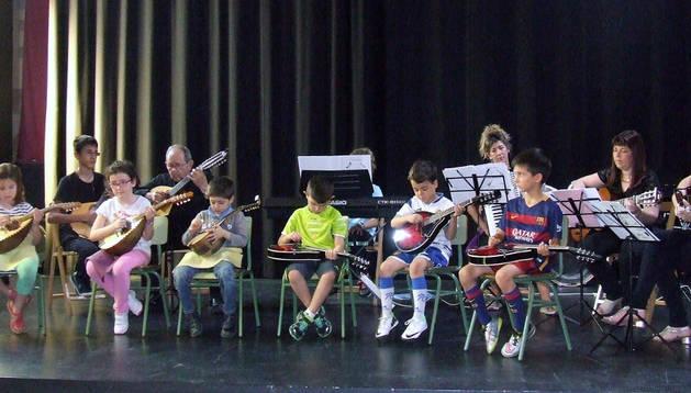 Alumnos de la escuela de música, durante el concierto.