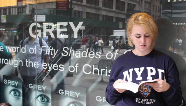 Una mujer lee un ejemplar de